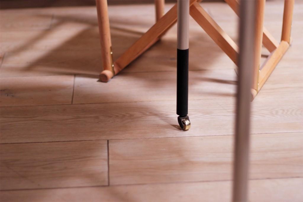 ローラー真鍮、ウォールナット墨黒の脚